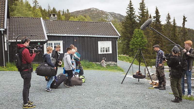 I realityserien «Camp Survival» må ungdommer samarbeide for å mestre ulike utfordringer I naturen.