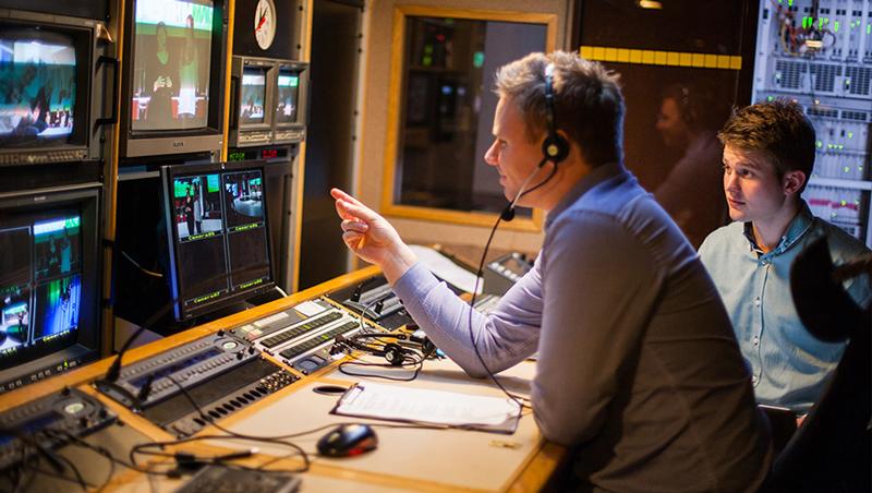 Teknikere styrer produksjonen fra innsiden av TV-bussen.
