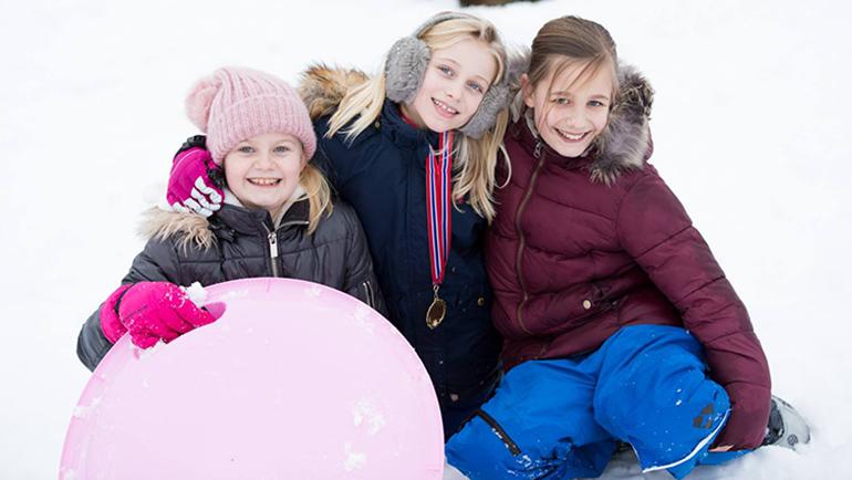 Konkurranse, fellesskap og glede når lokalmenighet samles til vinterdag
