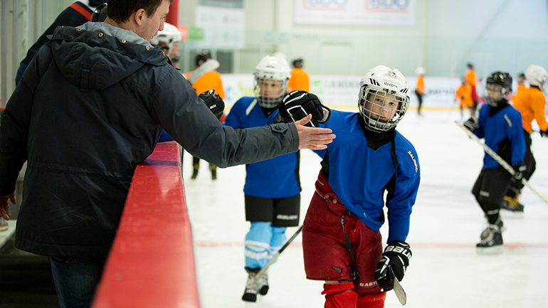 Ungdom arrangerte hockeydag for barn