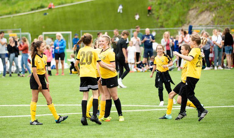 Frivillige fra lokalmenigheten lagde fotballfest for 700 barn